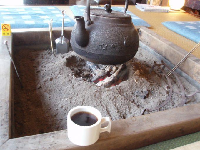 栃尾又温泉自在館囲炉裏端で食後のコーヒー