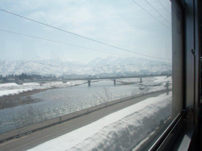 春の雪解けを感じさせる川