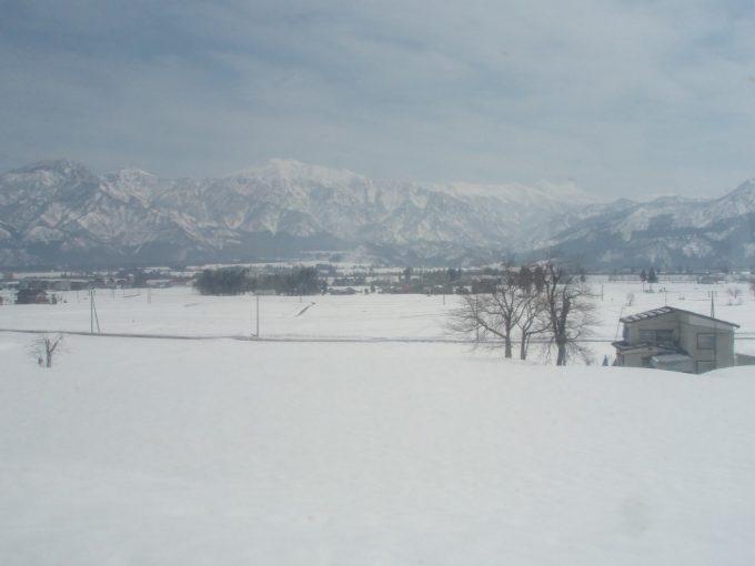 米どころを潤す雪に覆われた田んぼ