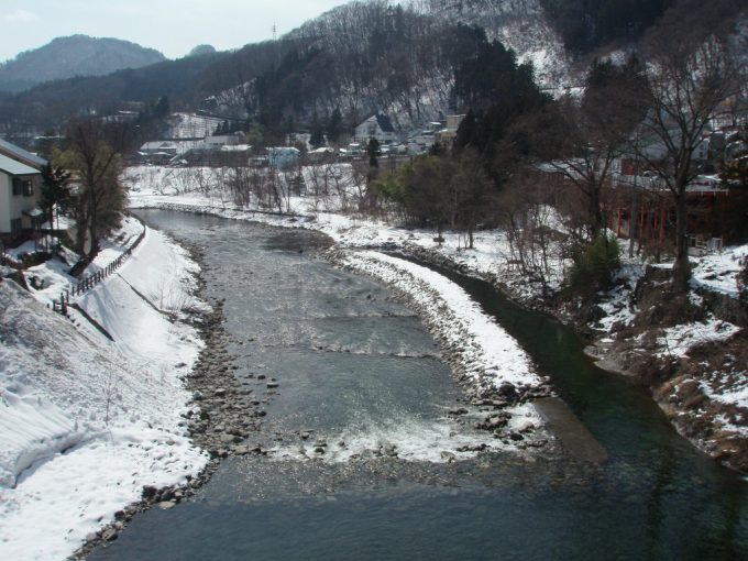 薄い雪化粧の利根川