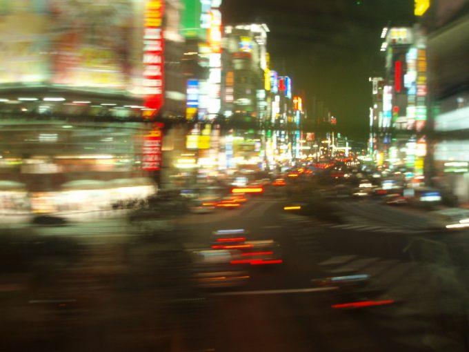 湘南新宿ライングリーン車から眺める新宿歌舞伎町のネオン
