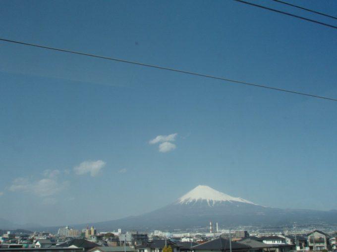 東海道新幹線車窓に広がる富士