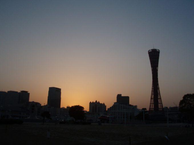 神戸ポートタワーのシルエット