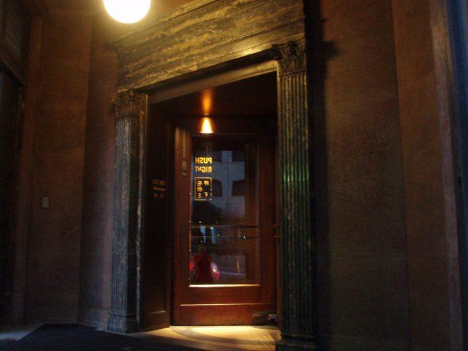 神戸のオフィス街木造の回転ドア