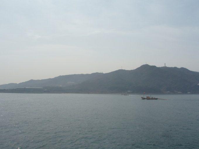 船より淡路島を望む