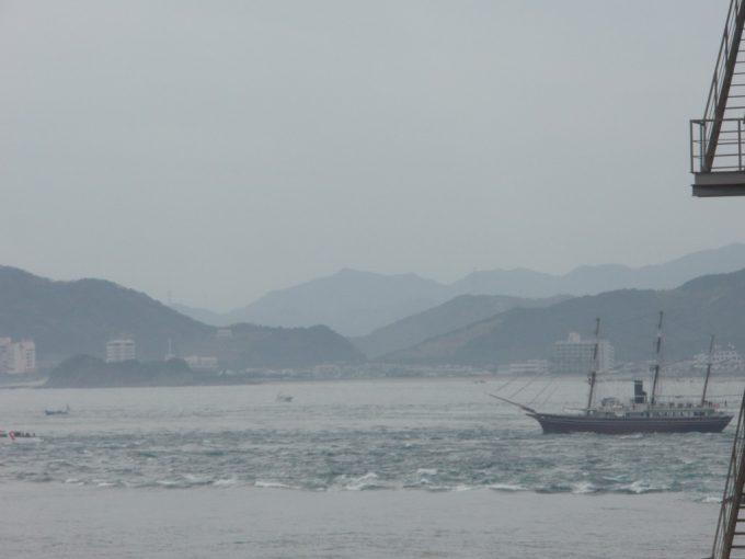 鳴門海峡の速い潮の流れ