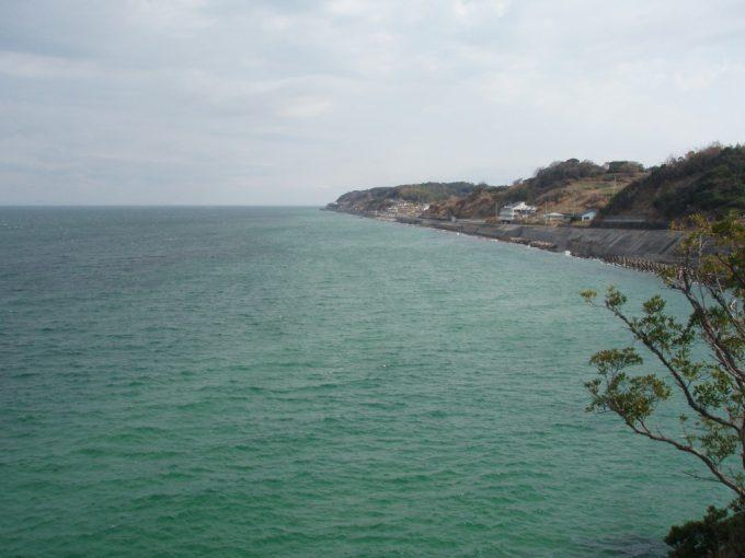 薄曇りの淡路の海