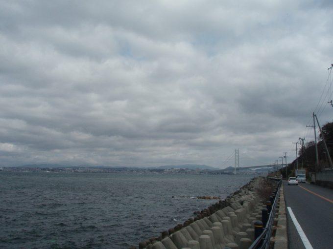 淡路島海沿いの道と明石海峡大橋
