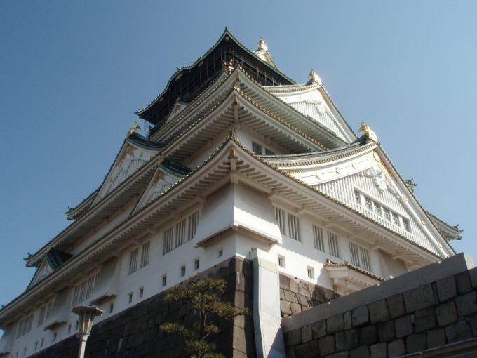 聳え立つ大阪城