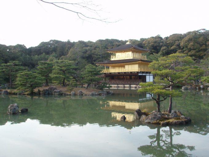 閉門前の金閣寺