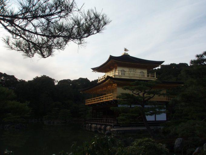 夕陽に輝く金閣寺