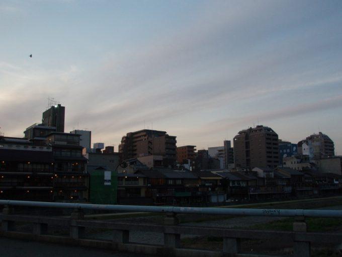 暮れ始める京都鴨川沿いの街並み