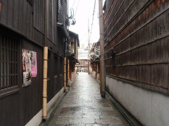 雨に濡れる祇園の路地