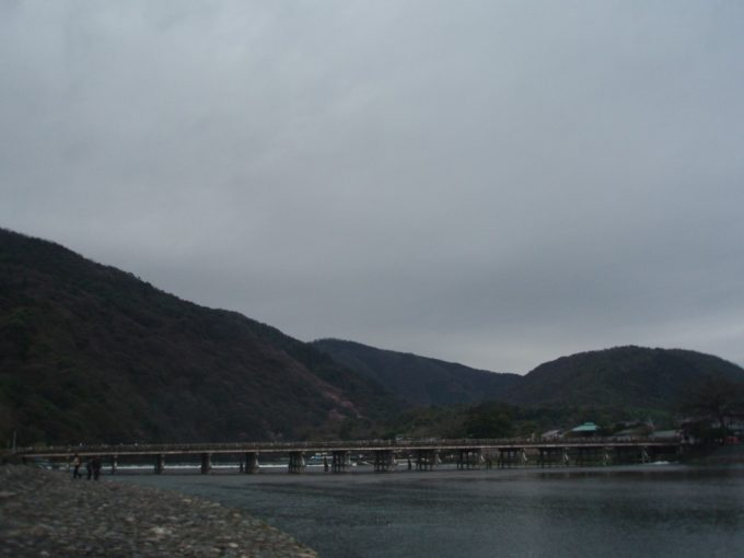 渡月橋と山並み