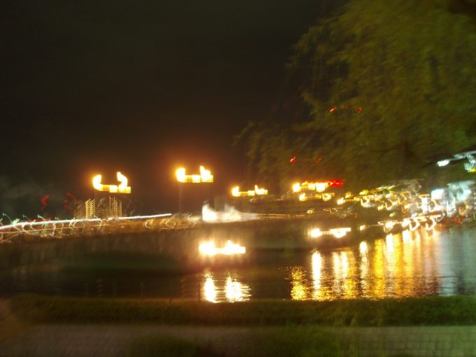 雨に濡れる夜の萬代橋
