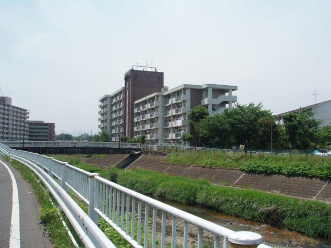 湯殿川沿いの道