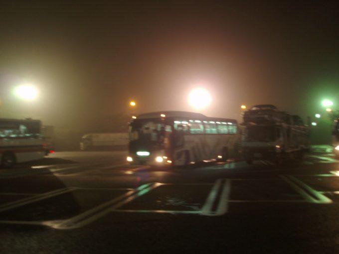 夜霧の上里サービスエリアで休憩