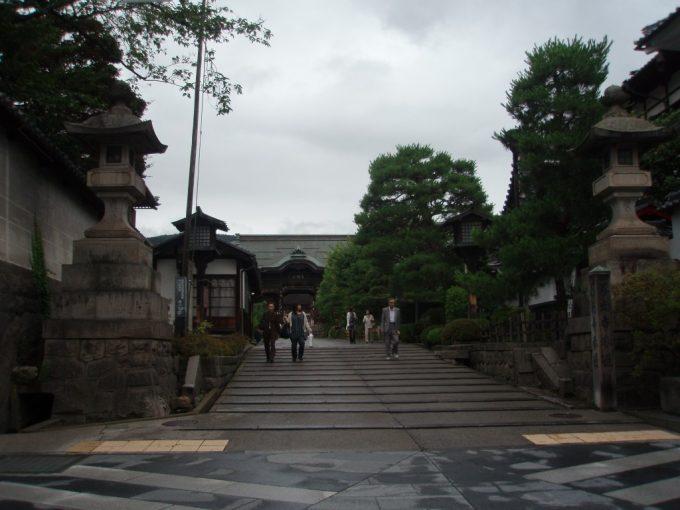 宿坊の並ぶ善光寺門前町