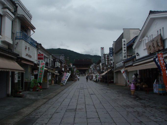 お土産屋の並ぶ善光寺の参道