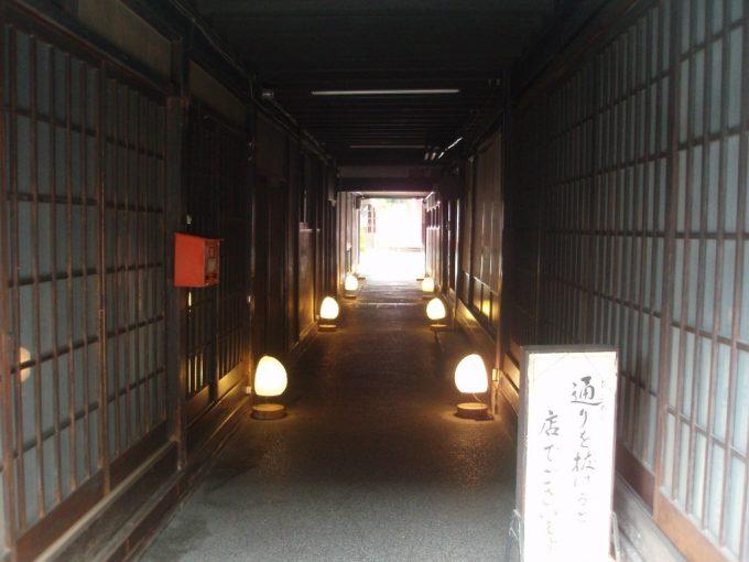 長野善光寺門前西之門よしのやの雰囲気ある通路