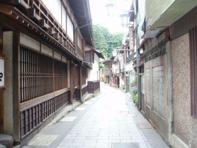 木造建築が味わい深い渋の温泉街