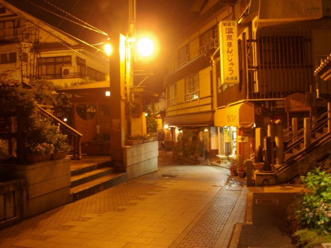 艶っぽい雰囲気の夜の渋温泉街
