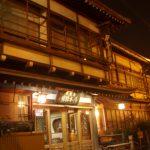 ライトに照らされる渋温泉夜の湯本旅館
