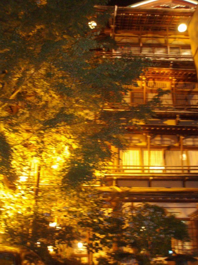 雰囲気を増す夜の金具屋