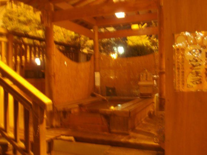 夜の渋温泉足湯のふとまる