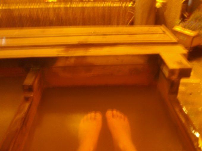 足湯に浸かり夜の渋温泉街を味わう