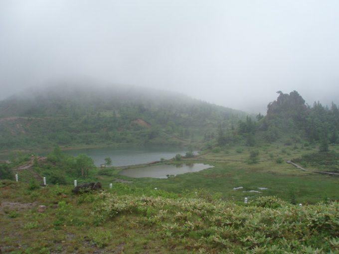 白根火山バス停近くの池