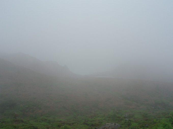 霧に隠れる白根山湯釜