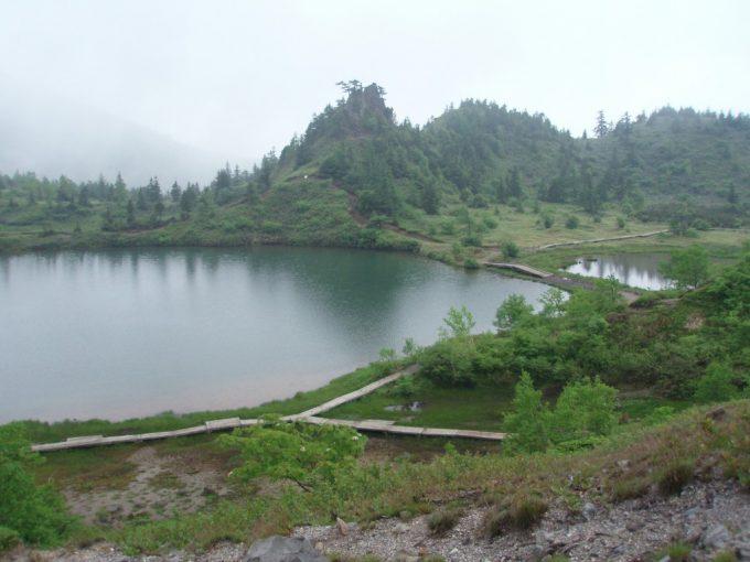 白根火山バス停付近の池のほとり