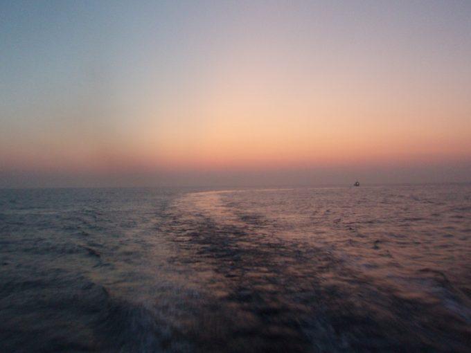 東海汽船朝焼けに染まる航跡