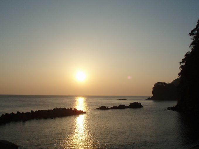 伊豆大島岡田港の朝日