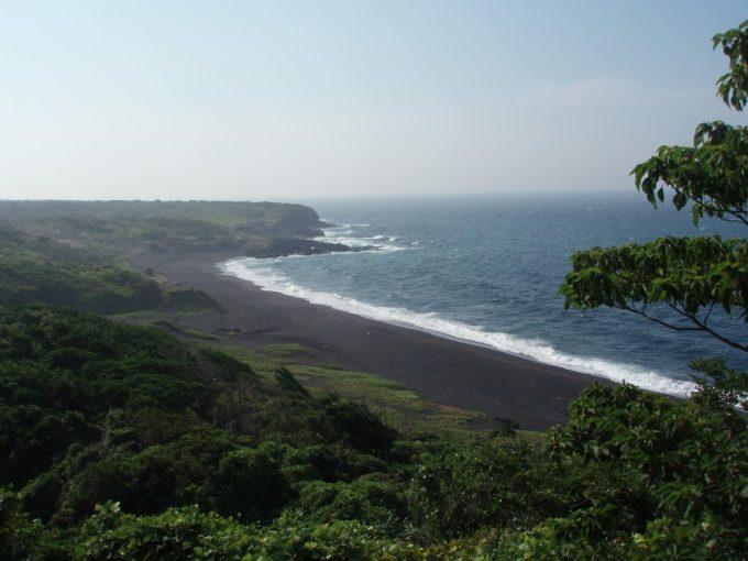 伊豆大島黒砂の海岸線
