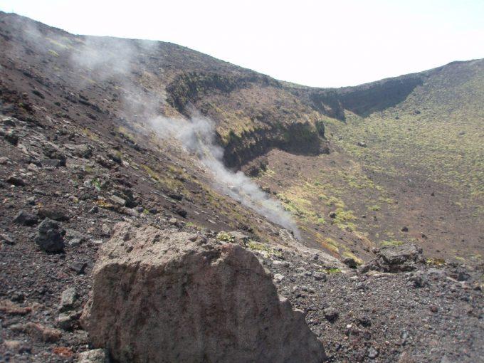 三原山火口からのぼる水蒸気
