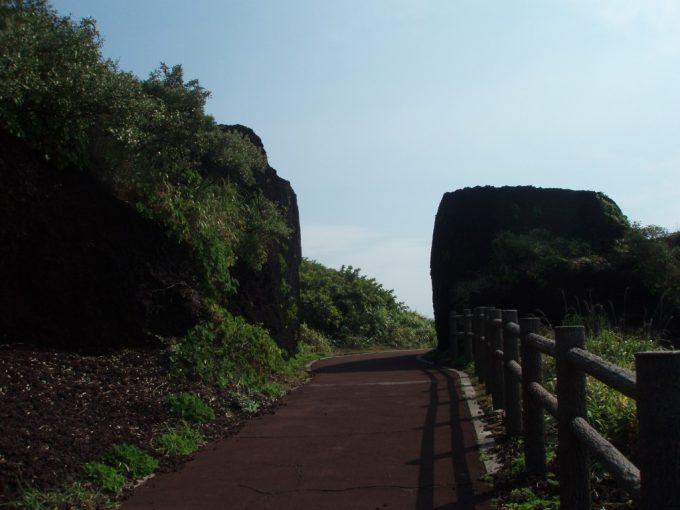 伊豆大島溶岩の切り通し