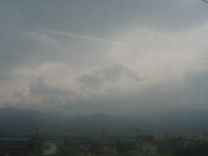 車窓からの曇天の南アルプス