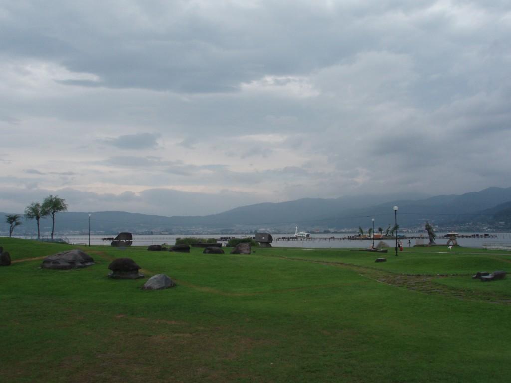 芝生と諏訪湖