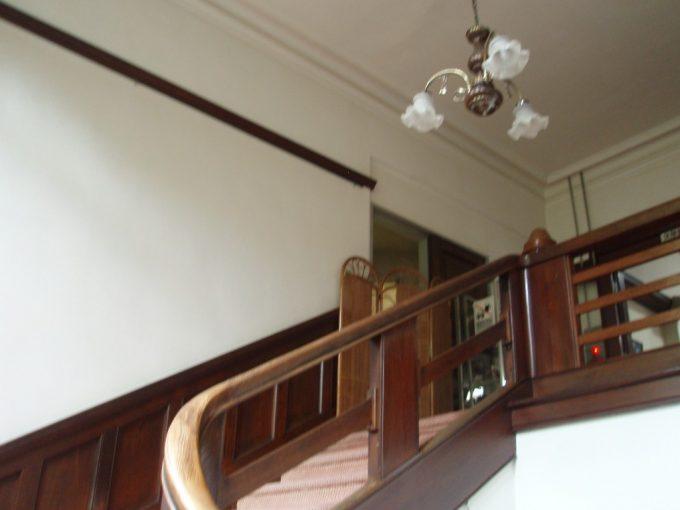 上諏訪温泉重要文化財片倉館美しい曲線を描く階段
