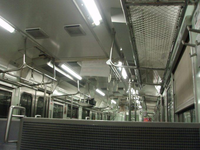 トンネルの闇に包まれる115系車内