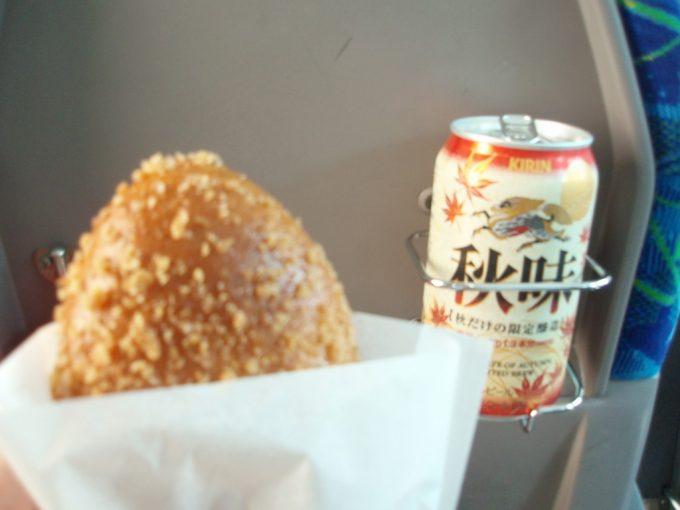 高速バスでカレーパンとビールのお昼