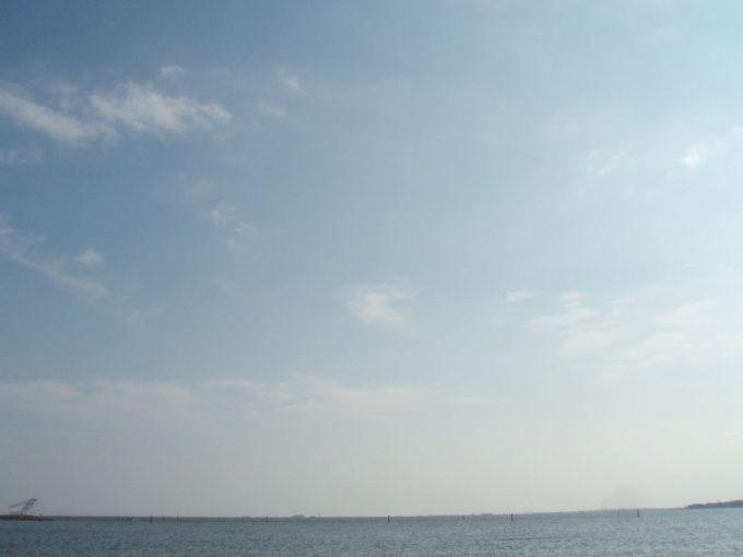 東京湾と秋の空