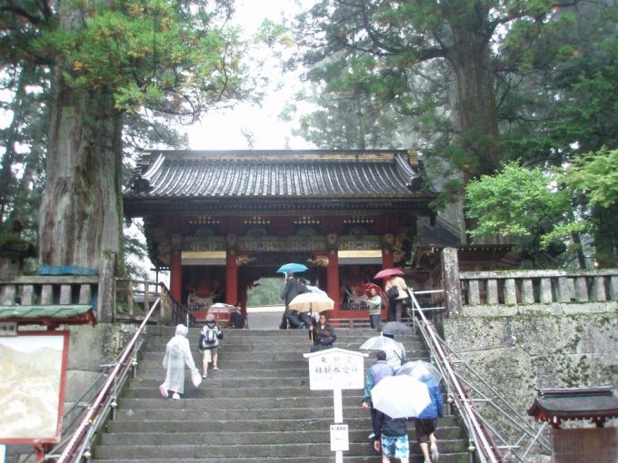 雨の日光東照宮表門