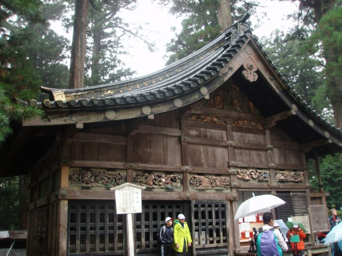雨の日光東照宮神厩舎