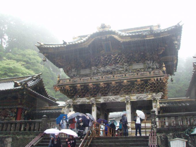 雨の日光東照宮陽明門