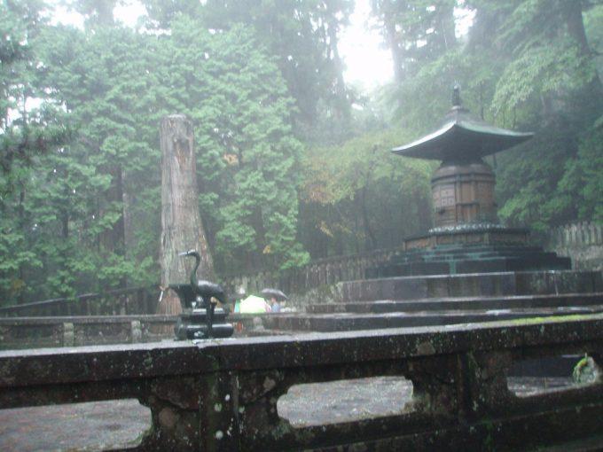 雨の幻想的な日光東照宮奥宮