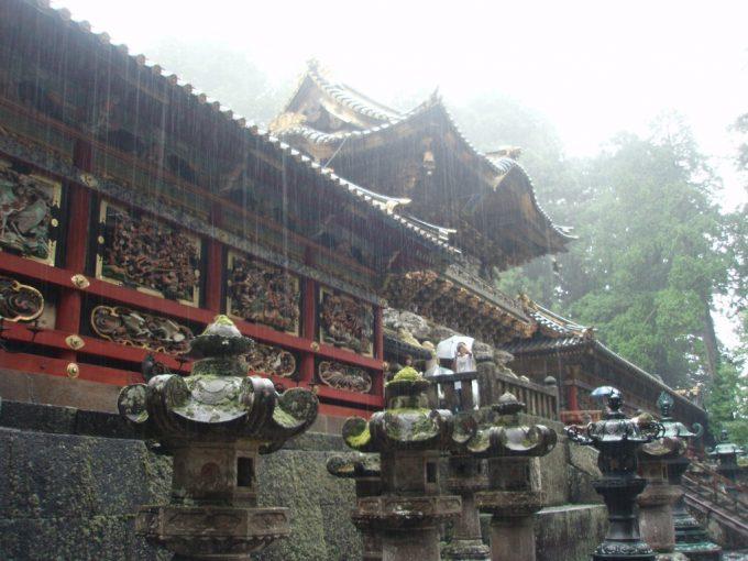 雨の幻想的な日光東照宮極彩色の回廊