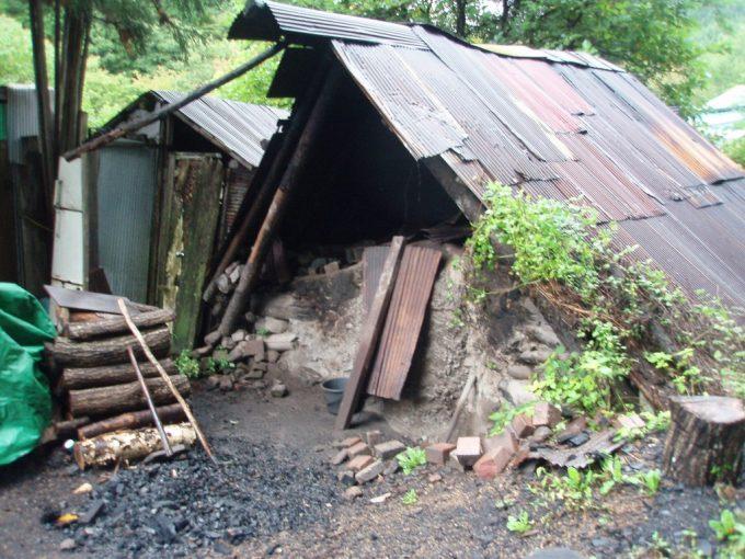中三依の炭焼き小屋